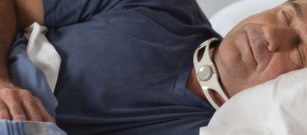 The device is worn around the neck during sleep and applies slight external pressure to the cricoid cartilage area